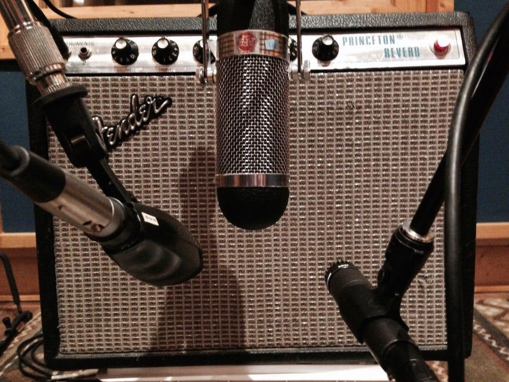 Microfoni davanti ad amplificatore chitarra